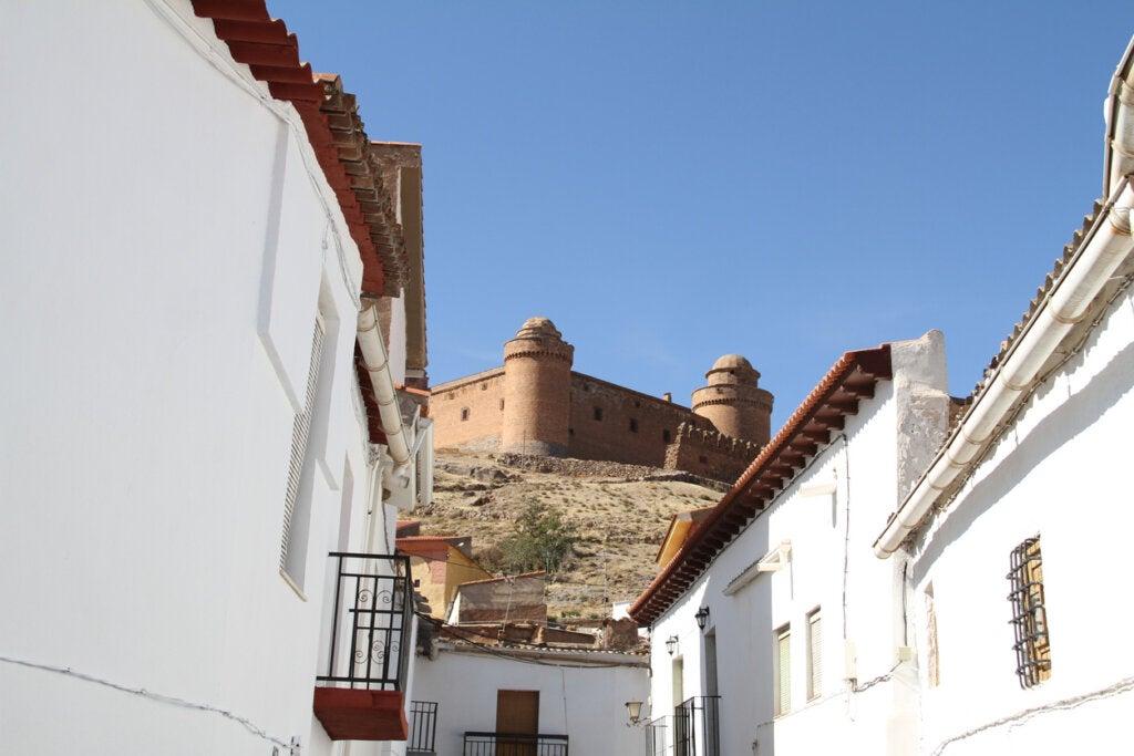 El castillo de La Calahorra visto desde el pueblo.