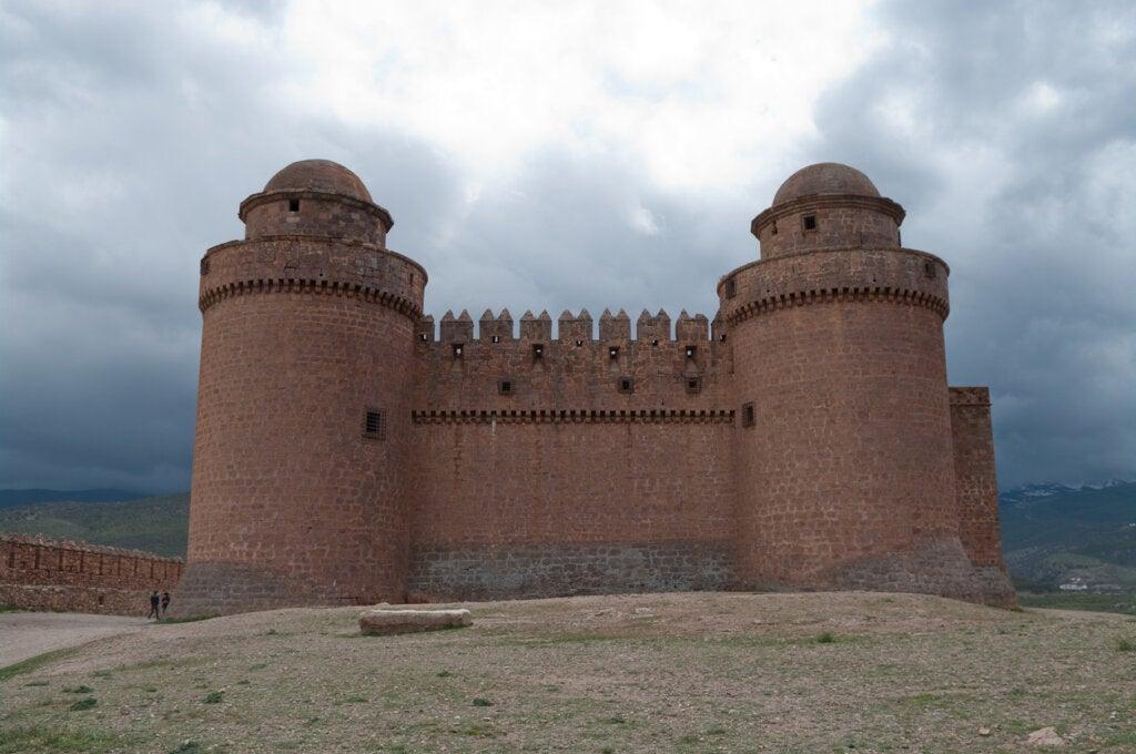 El castillo de La Calahorra es un atractivo en Granada, España.