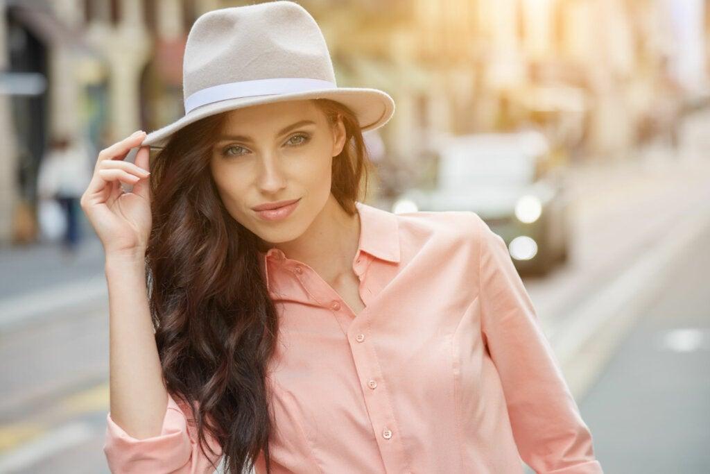 Fedora es un tipo de sombrero clásico creado en Italia