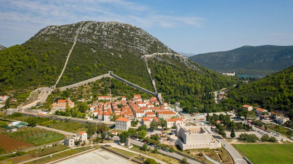 La muralla de Ston es otra de las curiosidades de Croacia.