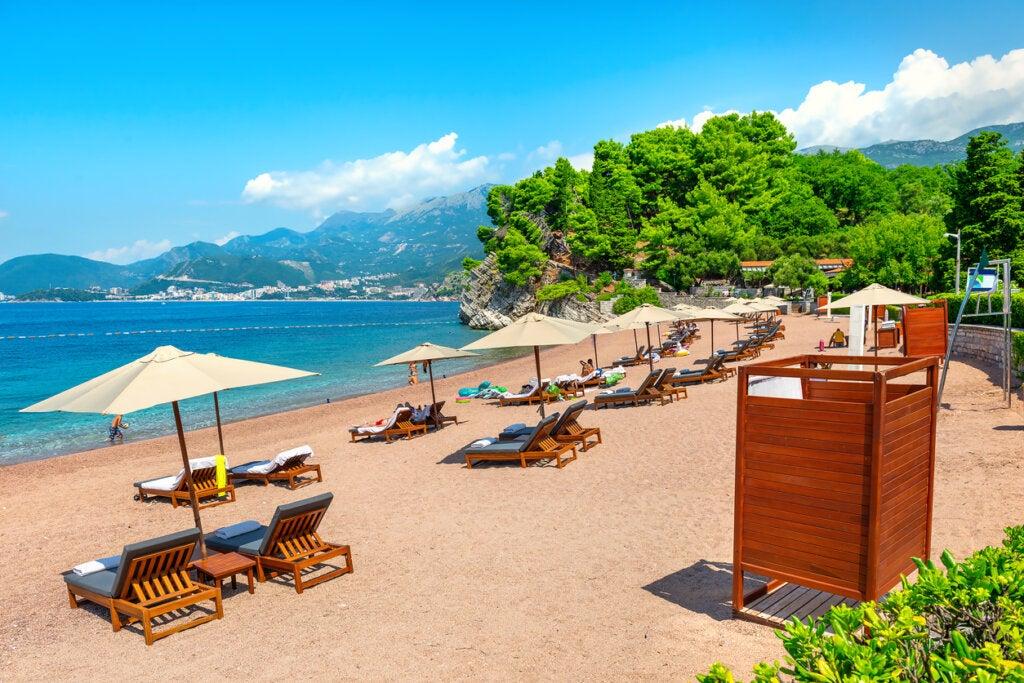 Playa en Montenegro cerca de Sveti Stefan.