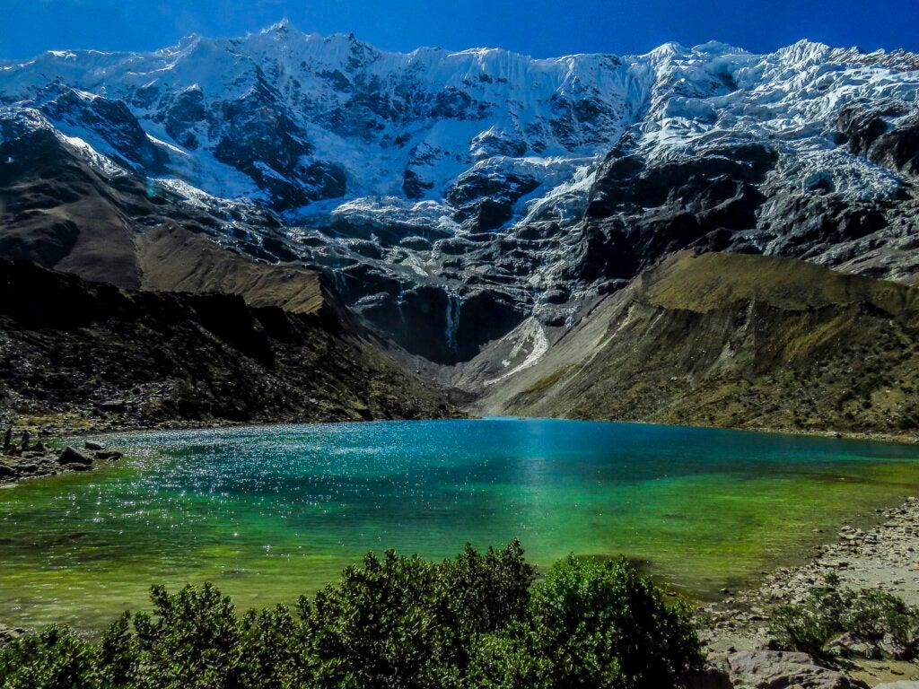 Cristalina y turquesa, el agua de la laguna Humantay